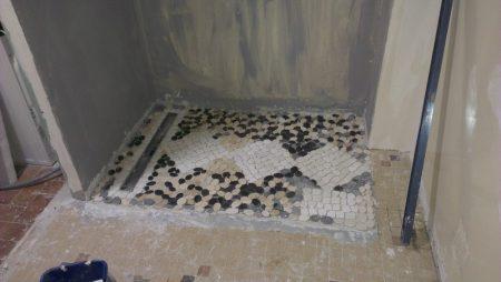 Travaux sur sol de salle de bain